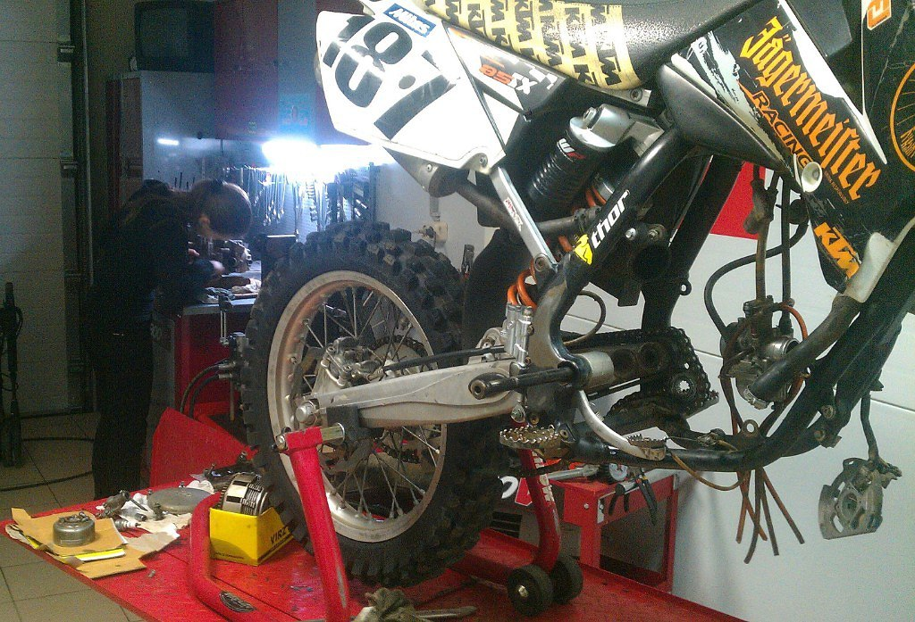 Ногина Кристина перебирает свой KTM 85