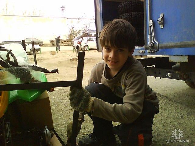Андрей Ногин маленький работает в мотосалоне отца